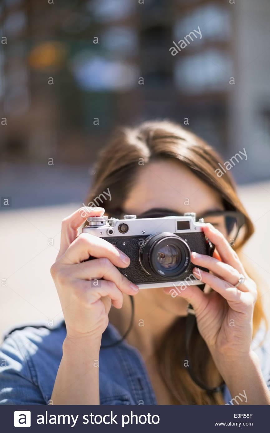 Close up della donna mediante fotocamera Immagini Stock