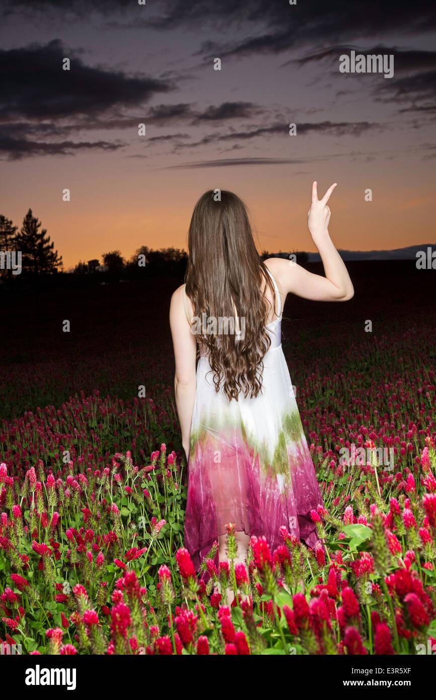 Giovani donne in un campo di trifoglio al tramonto Immagini Stock