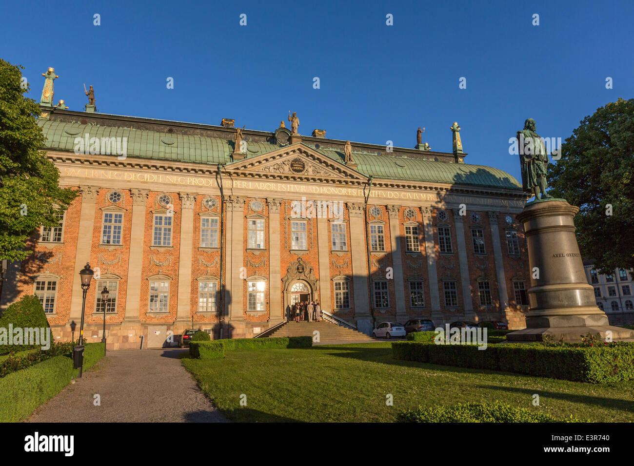 Riddarhuset la Casa della Nobiltà al tramonto e la statua di Axel Oxenstierna Gamla Stan Immagini Stock