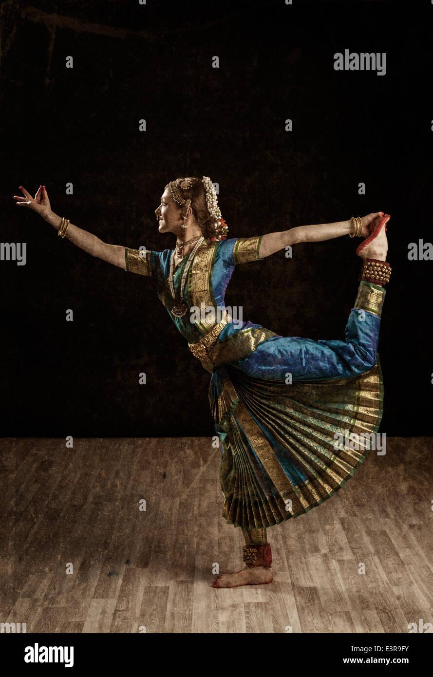 Vintage stile retrò immagine della giovane donna bellissima ballerina esponente della classica indiana Bharatanatyam Immagini Stock