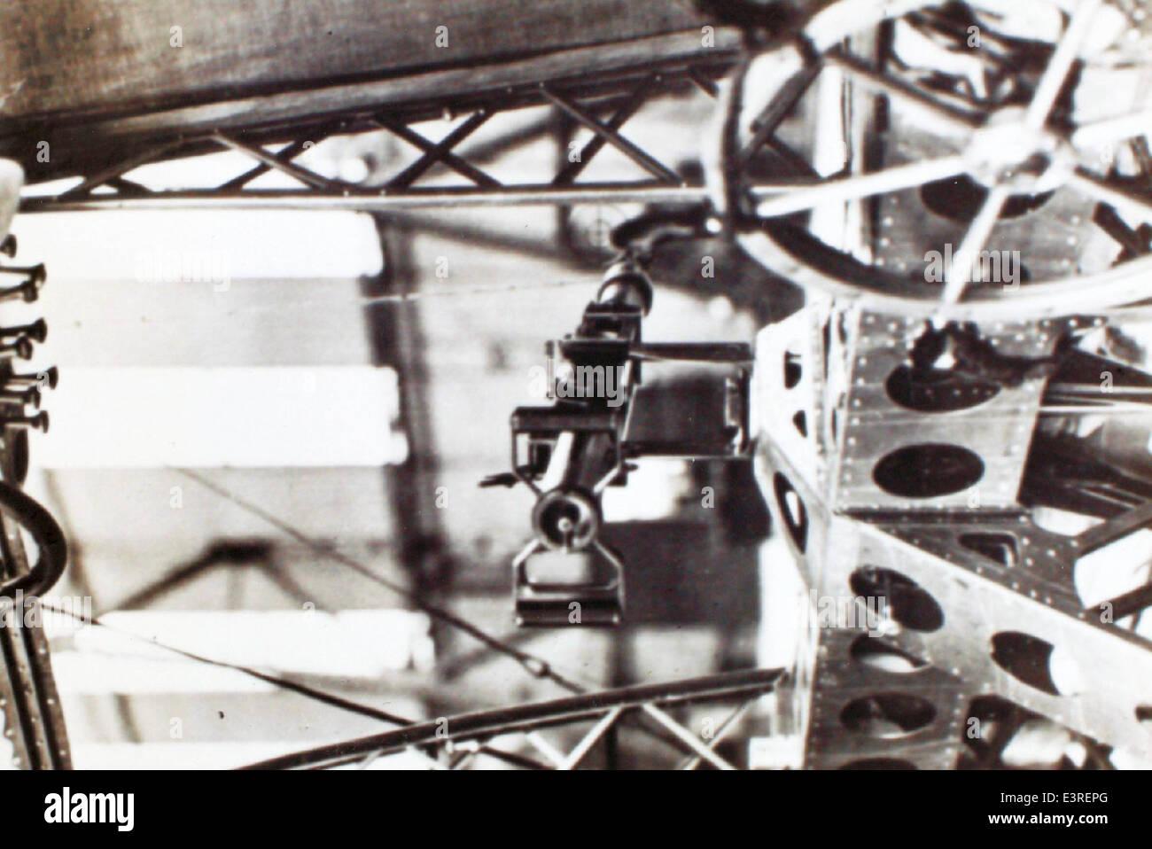 Larson (16) 2-cm-Kanone in de Fuhrergondel eines Luftschiffs Marine Immagini Stock