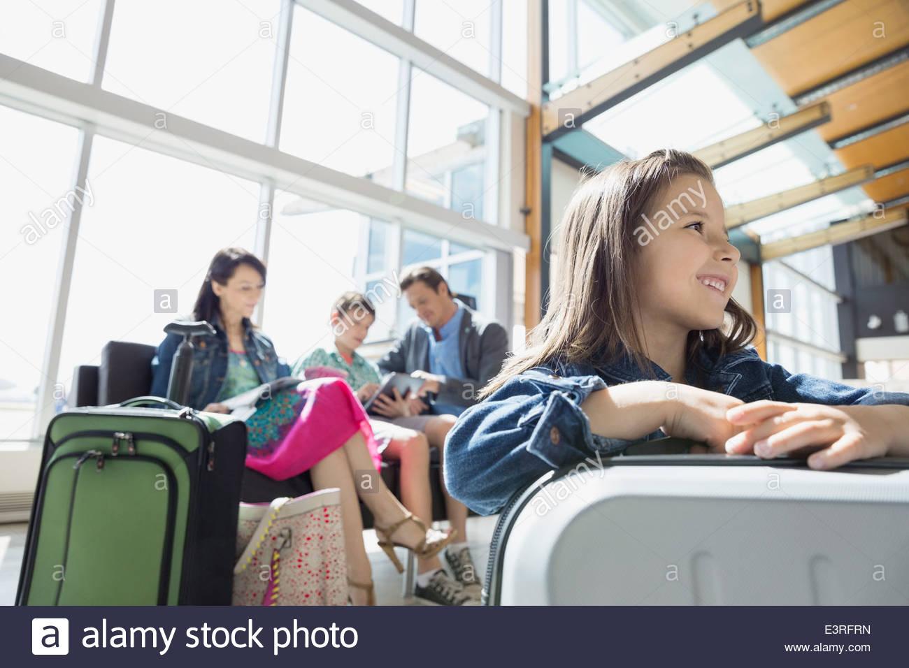 La famiglia in attesa in aeroporto Immagini Stock
