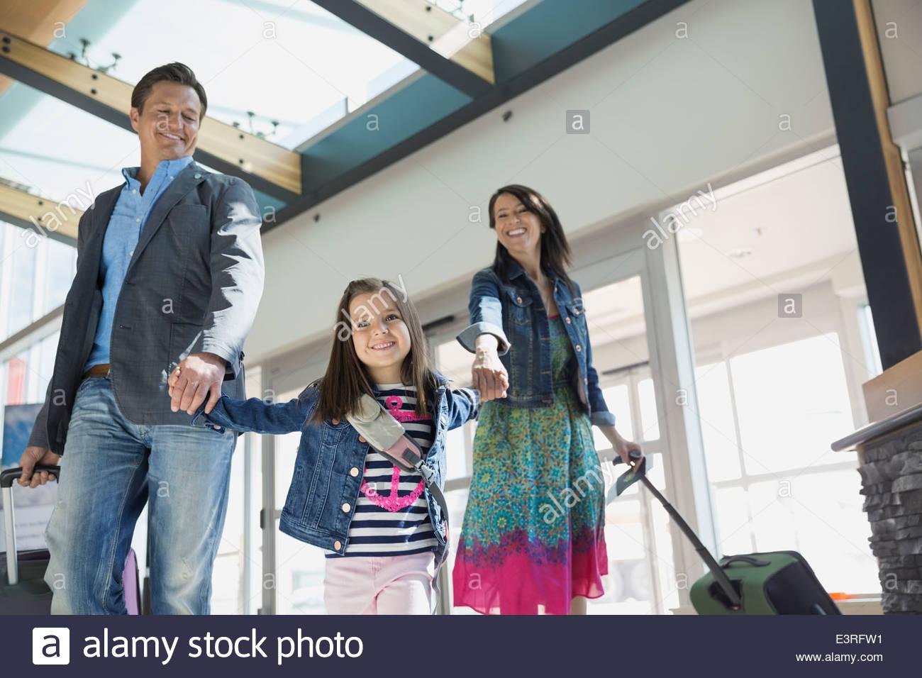 Figlia di genitori leader in aeroporto Immagini Stock