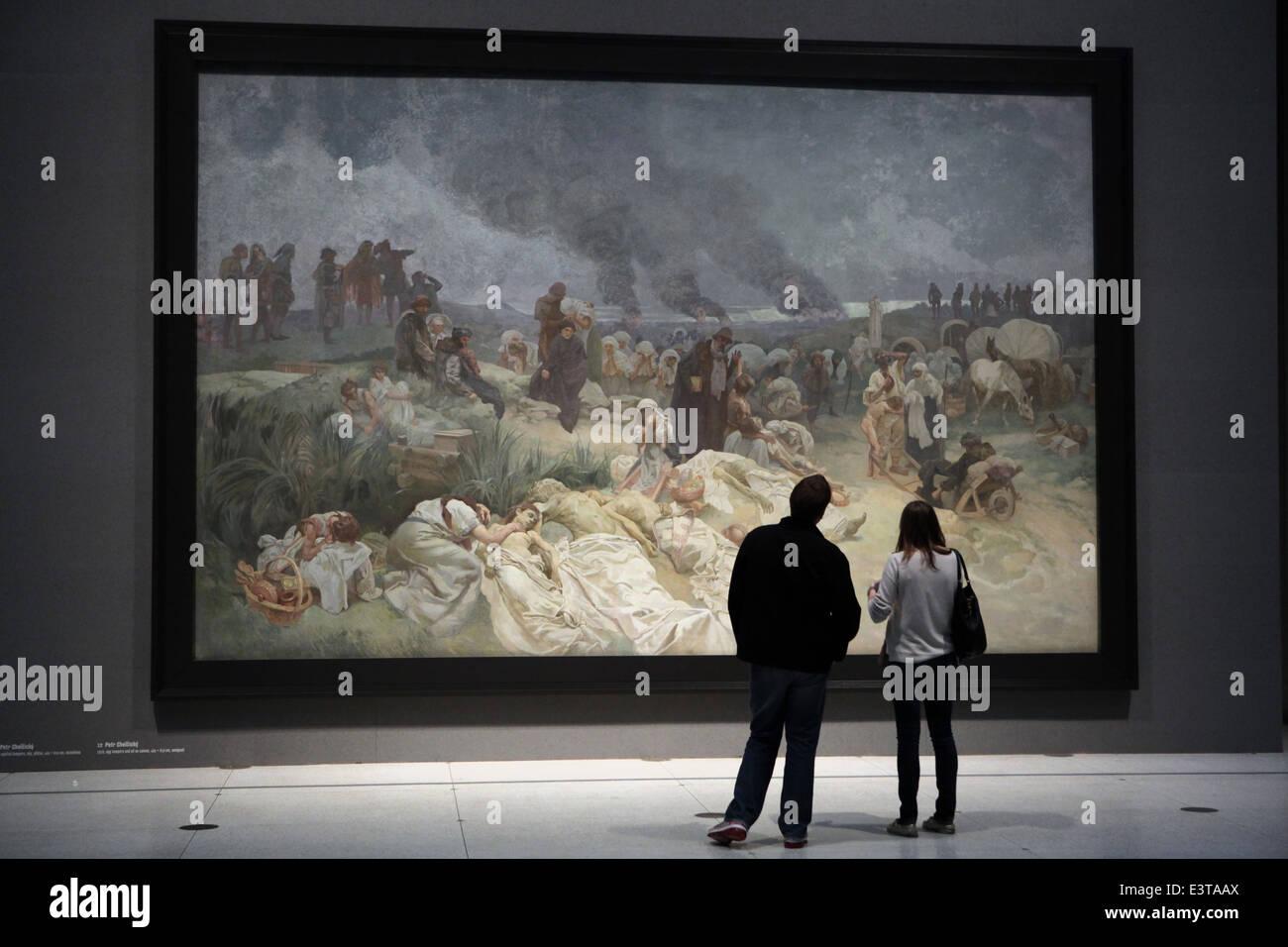 """I visitatori guardano il dipinto dal titolo """"Petr Chelcicky a Vodnany' dal ciclo """"slavo di Epic di Immagini Stock"""