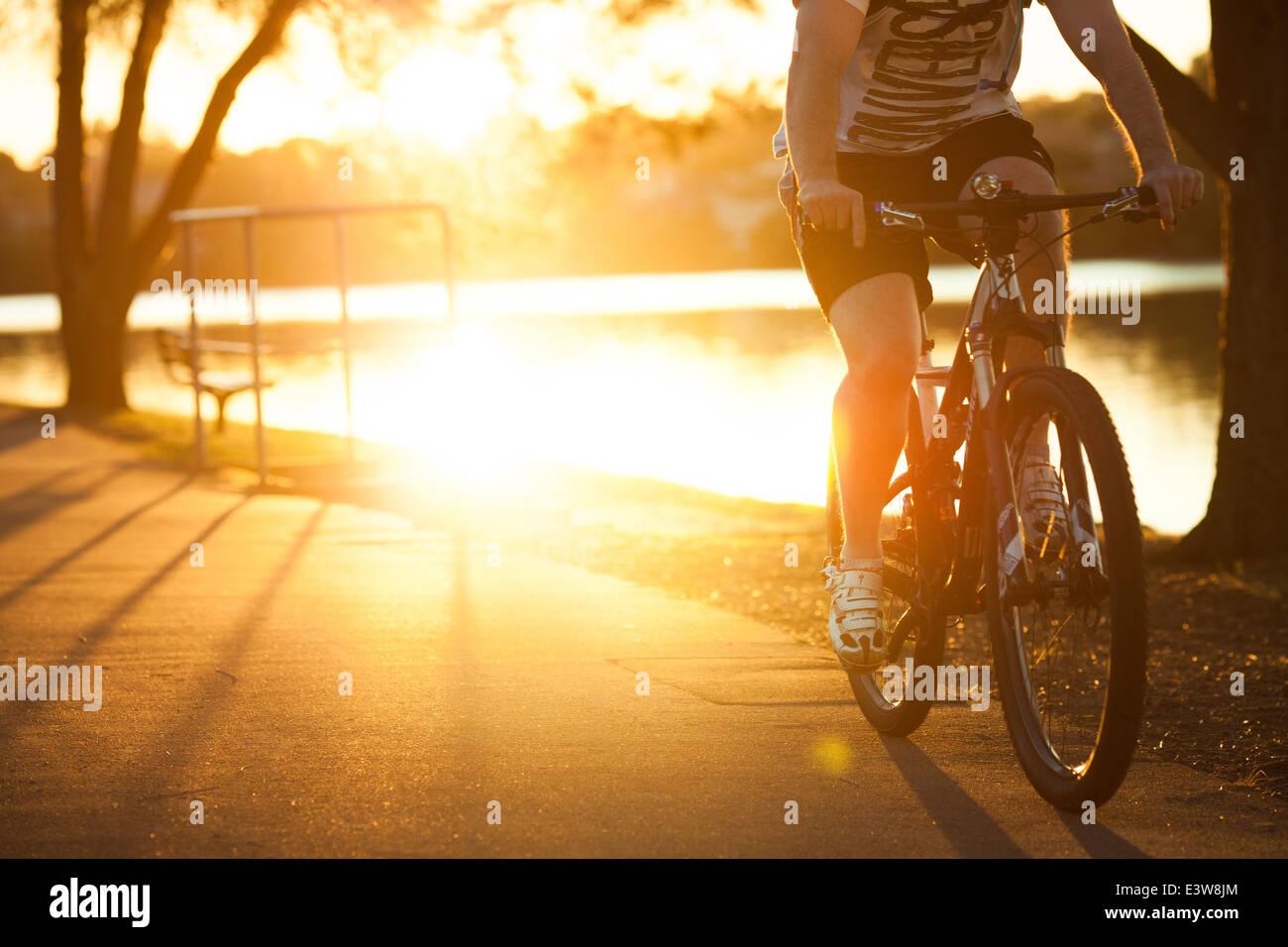 Una spersonalizzata immagine di un maschio in sella ad una mountain bike intorno a una baia di Sydney Harbour di Immagini Stock
