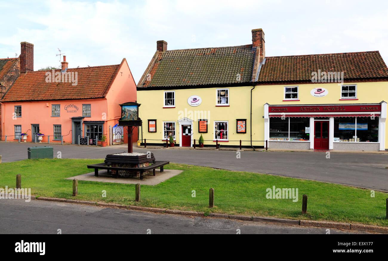 Burnham Mercato, edifici in stile georgiano, negozi, negozio verde, villaggio segno Norfolk England Regno Unito Immagini Stock