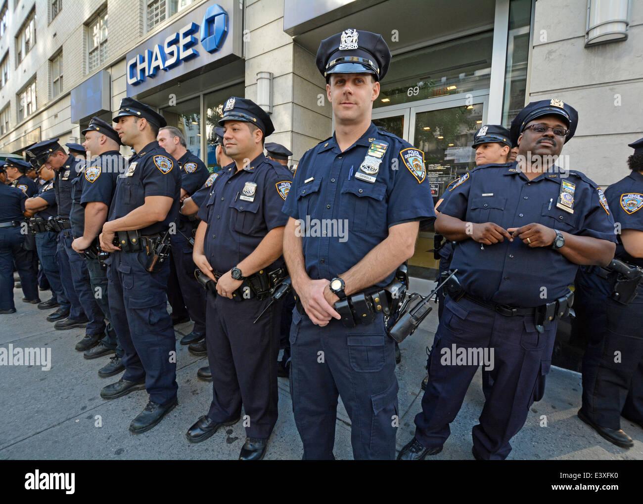 Un gruppo di poliziotti di attendere istruzioni prima il Gay Pride Parade in New York City. Immagini Stock