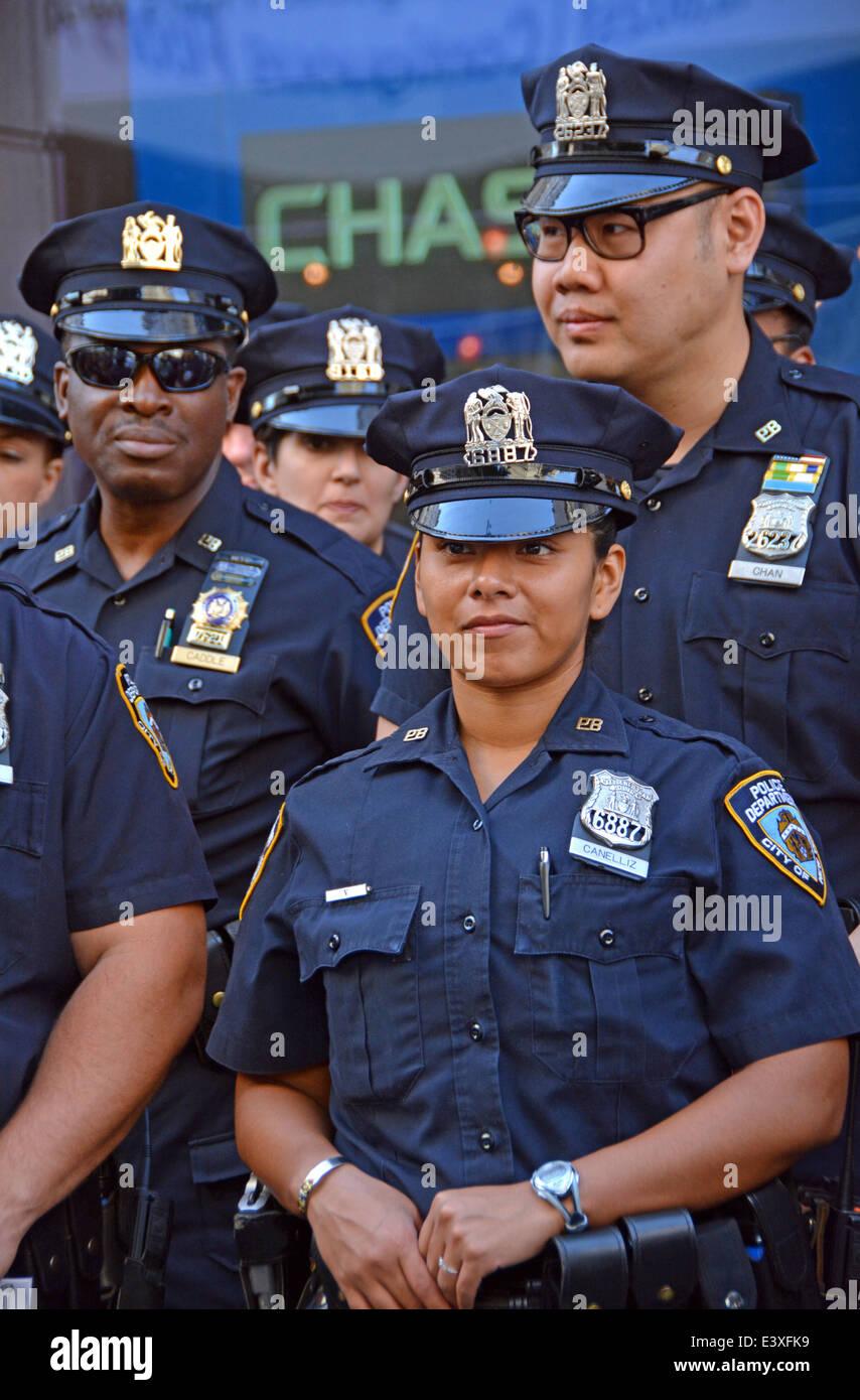 Un gruppo diversificato di poliziotti attendono istruzioni prima il Gay Pride Parade in New York City. Immagini Stock
