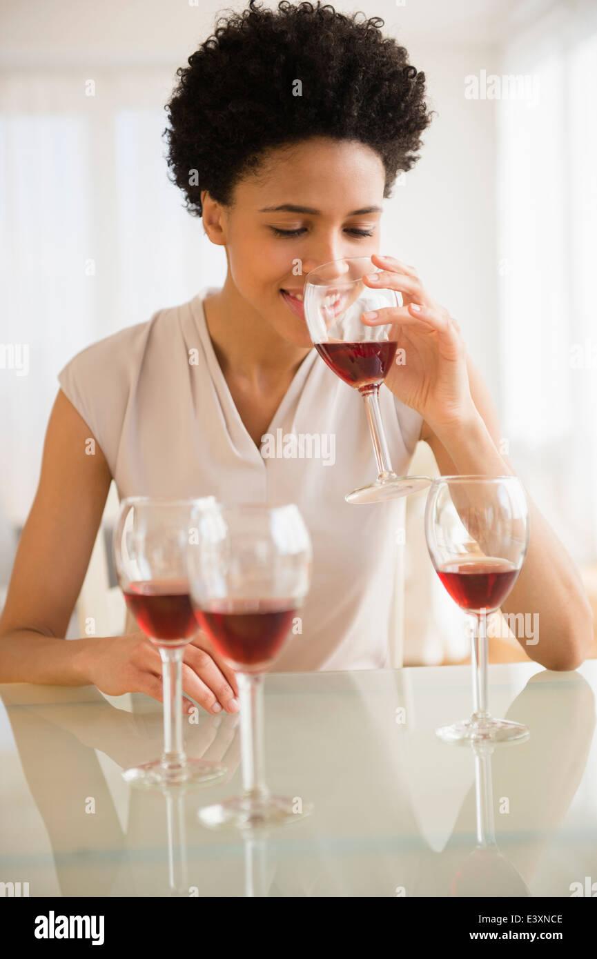 Nero donna degustazione vini Foto Stock