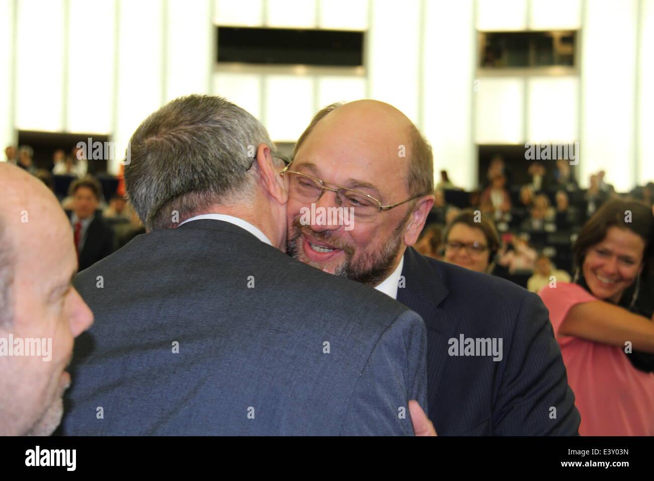 Strasburgo, Francia. 1 Luglio, 2014. Martin Schulz è congratulato con dopo aver vinto le elezioni del presidente Immagini Stock