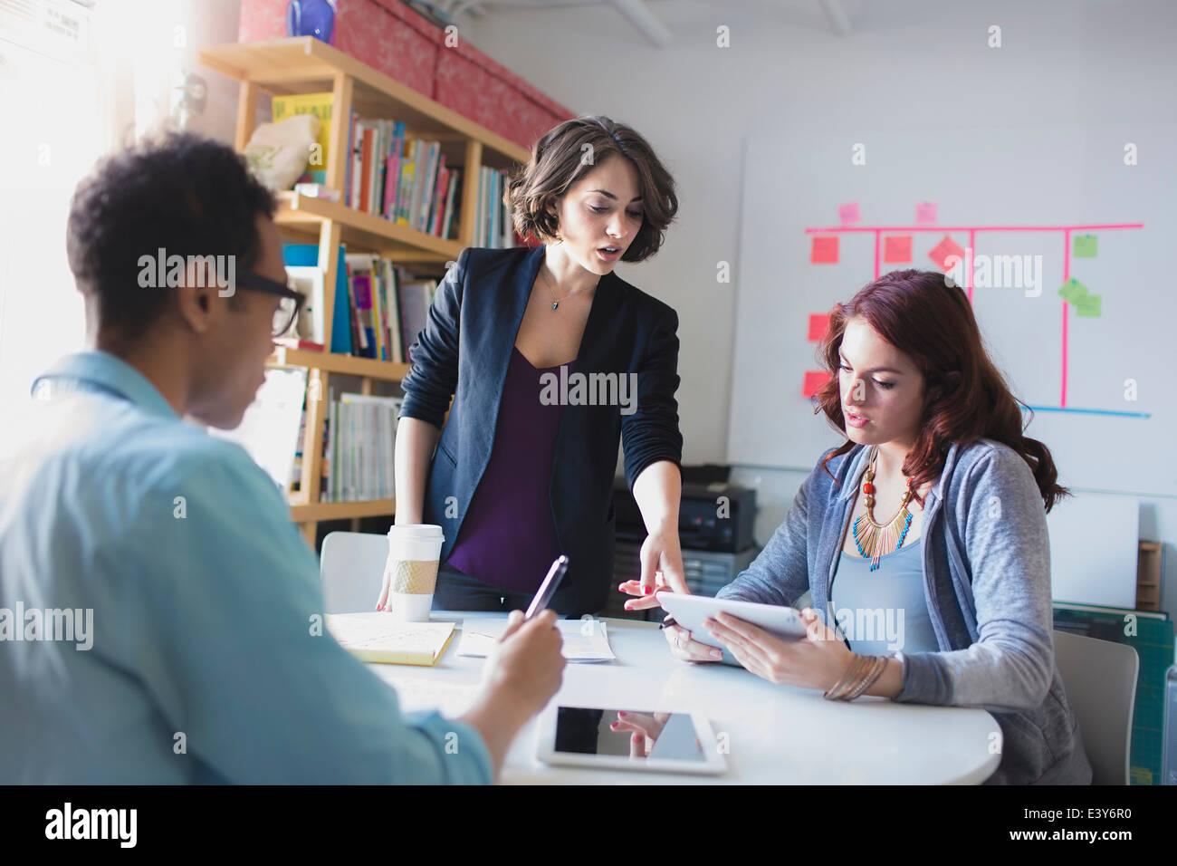 Giovane donna principali piccole sale riunioni Immagini Stock