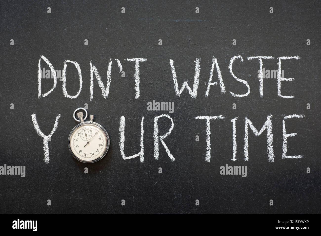 Non sprecare il tuo tempo frase manoscritta su lavagna vintage cronometro preciso utilizzato al posto di o Foto Stock