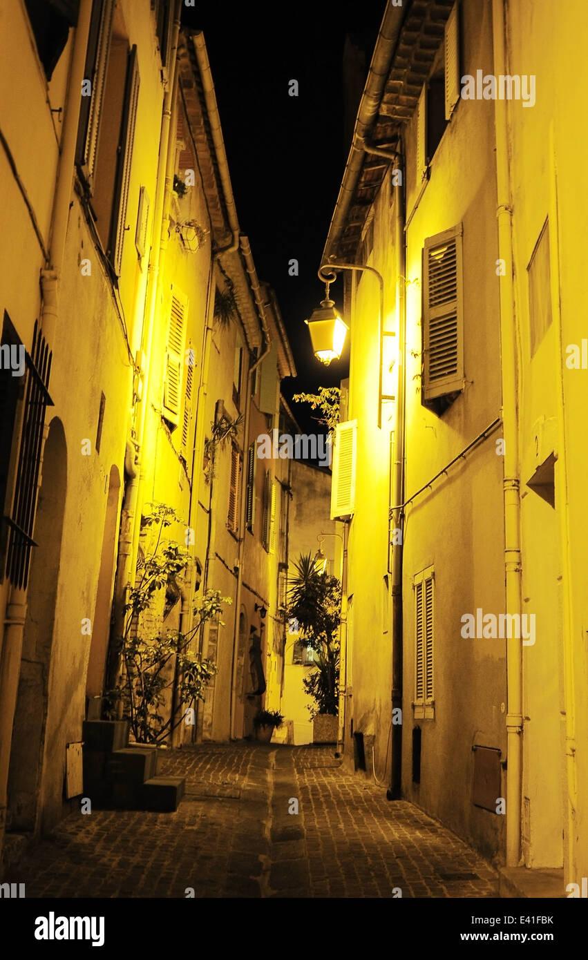 Vista di una vecchia strada di Cannes a notte. Francia Immagini Stock