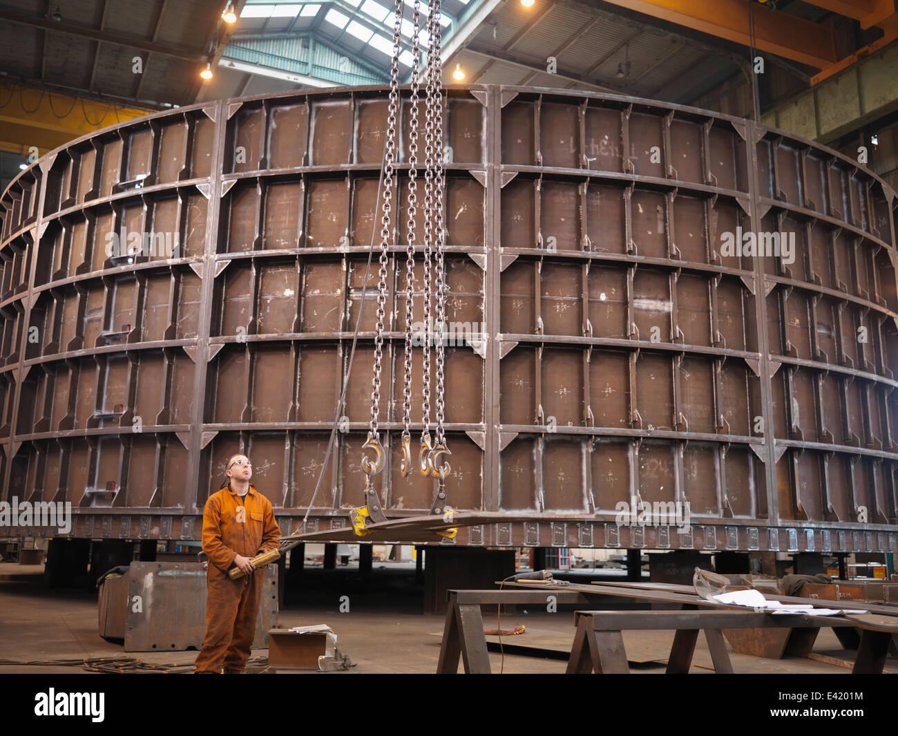 Lavoratore Gru operativa in marine fabbrica di fabbricazione Immagini Stock