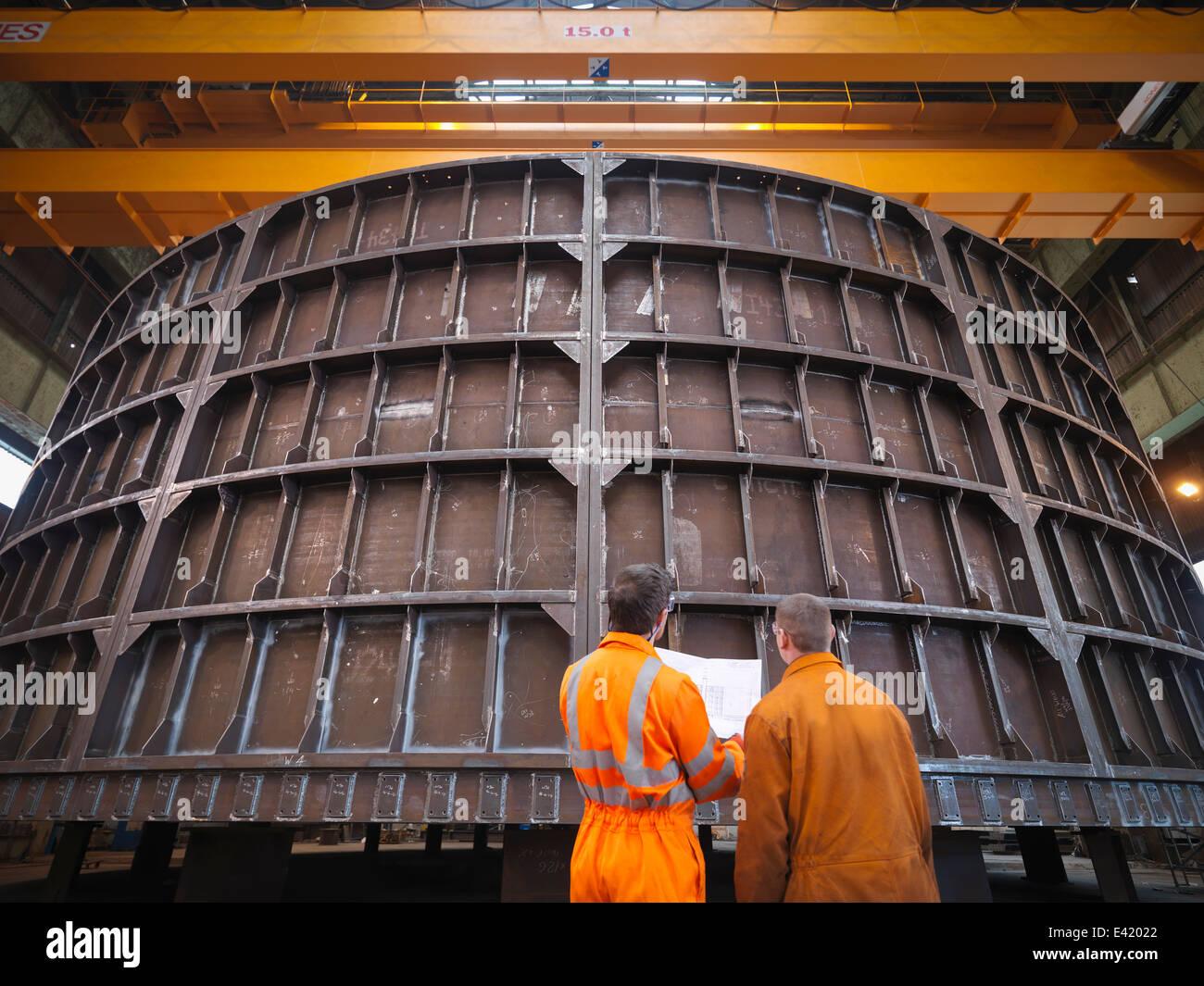 Ispezionare gli ingegneri di fabbricazione di marino Immagini Stock