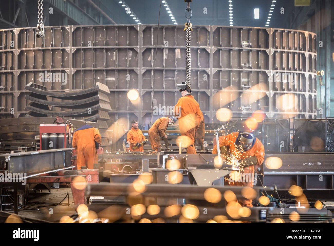 La macinazione dei lavoratori costruzioni di metallo in marine fabbrica di fabbricazione Immagini Stock
