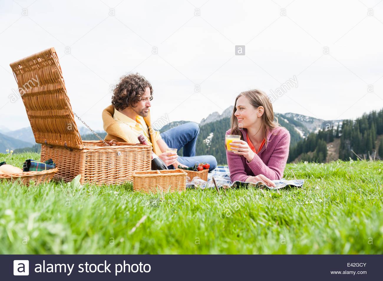 Metà adulto giovane godendo picnic, Wallberg, Tegernsee, Baviera, Germania Foto Stock