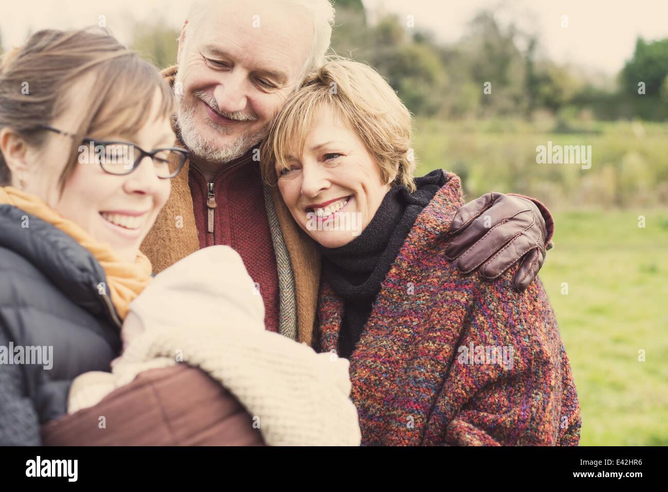 Azienda madre figlio bambino, con i nonni Immagini Stock