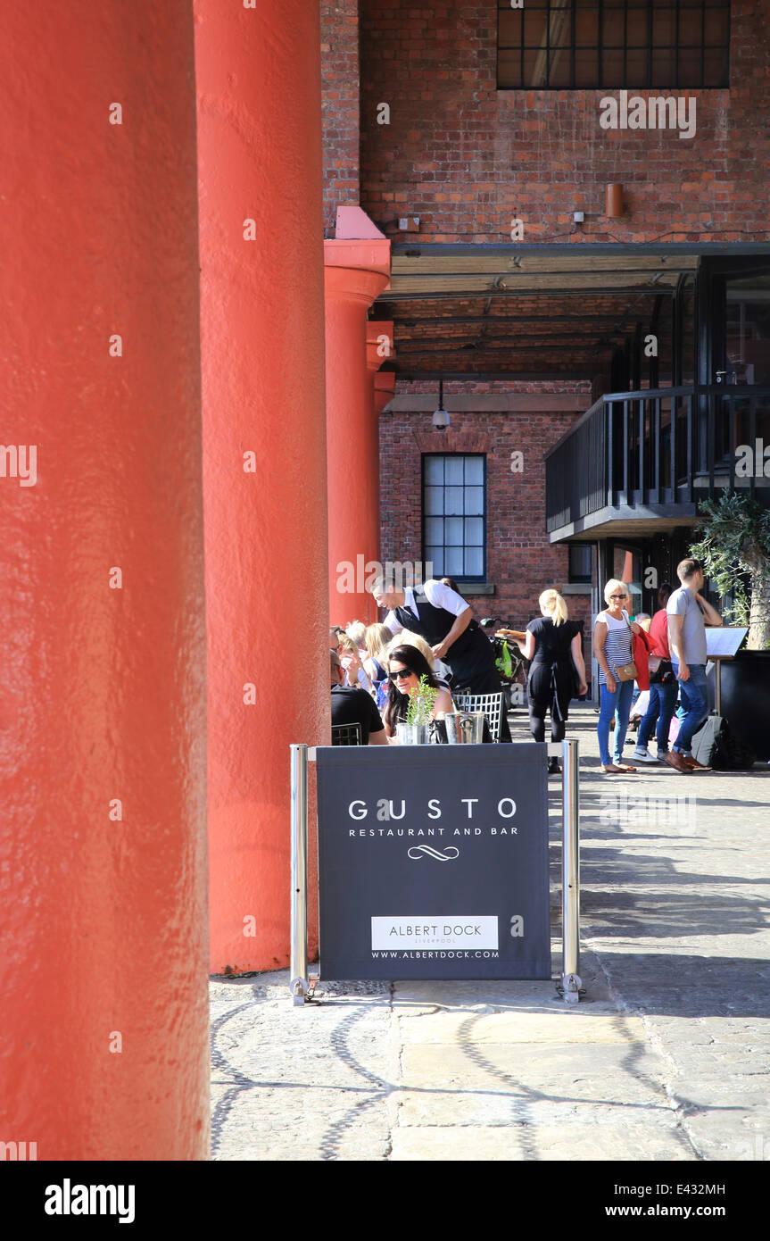 Il ristorante alla moda gusto, in un giorno d'estate sull'Albert Dock, Liverpool il famoso e storico waterfront, Immagini Stock