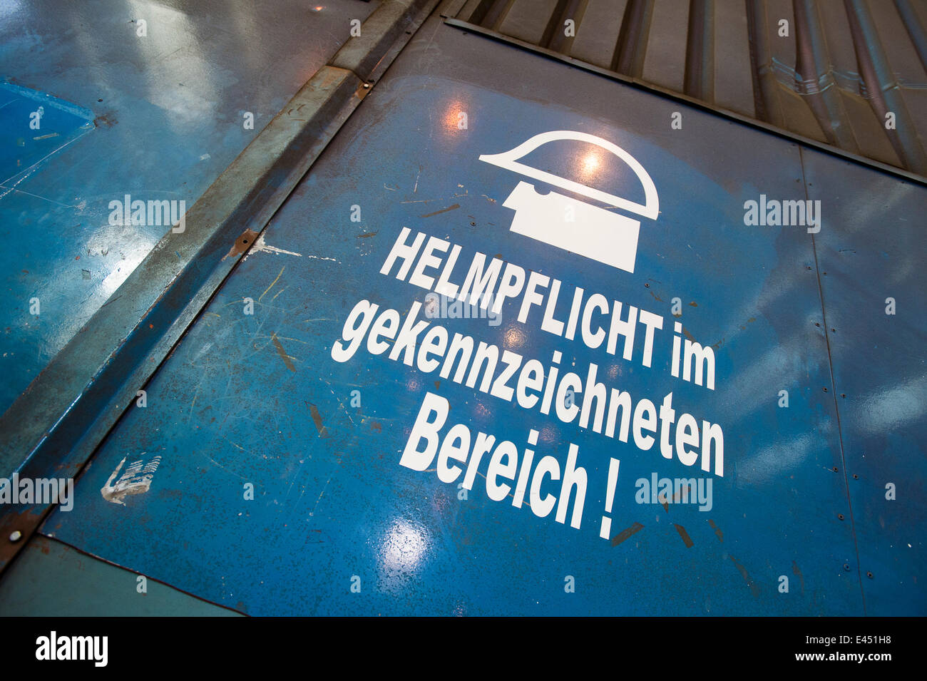 Avviso sulla salute e sulla sicurezza, hard hat area, Neunfelder Maschinenfabrik, NMF, Amburgo, Germania Immagini Stock