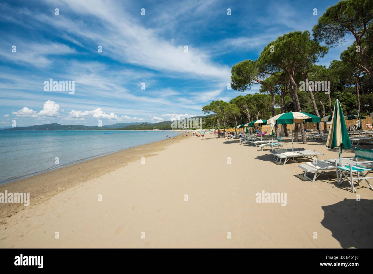 Sedie a sdraio sulla spiaggia, Punta Ala, nei pressi di Castiglione della Pescaia, in provincia di Grosseto, Toscana, Immagini Stock