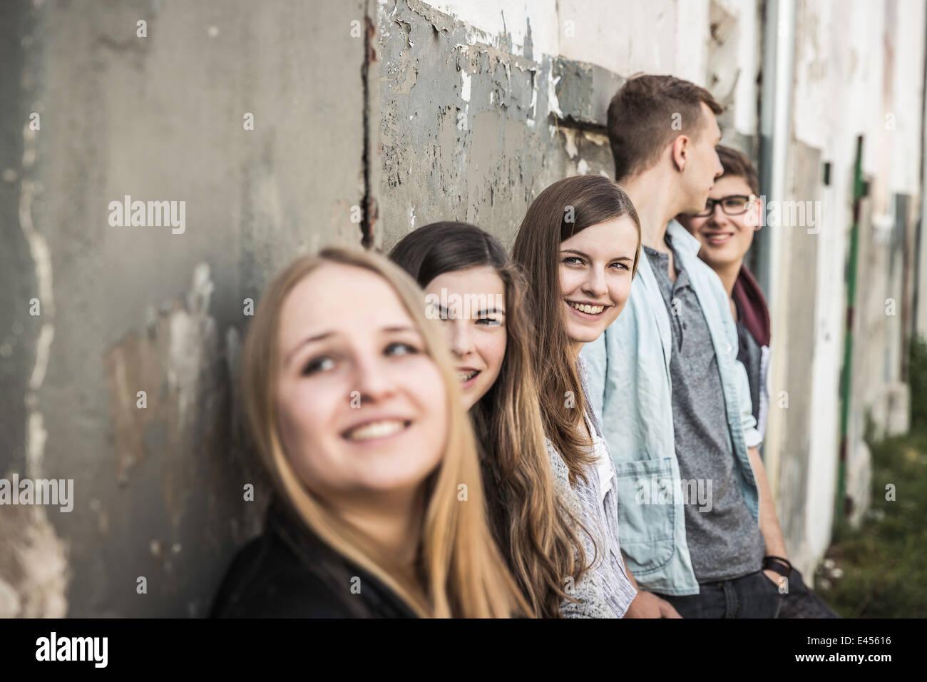 Gli adolescenti appendere fuori a edificio abbandonato Immagini Stock