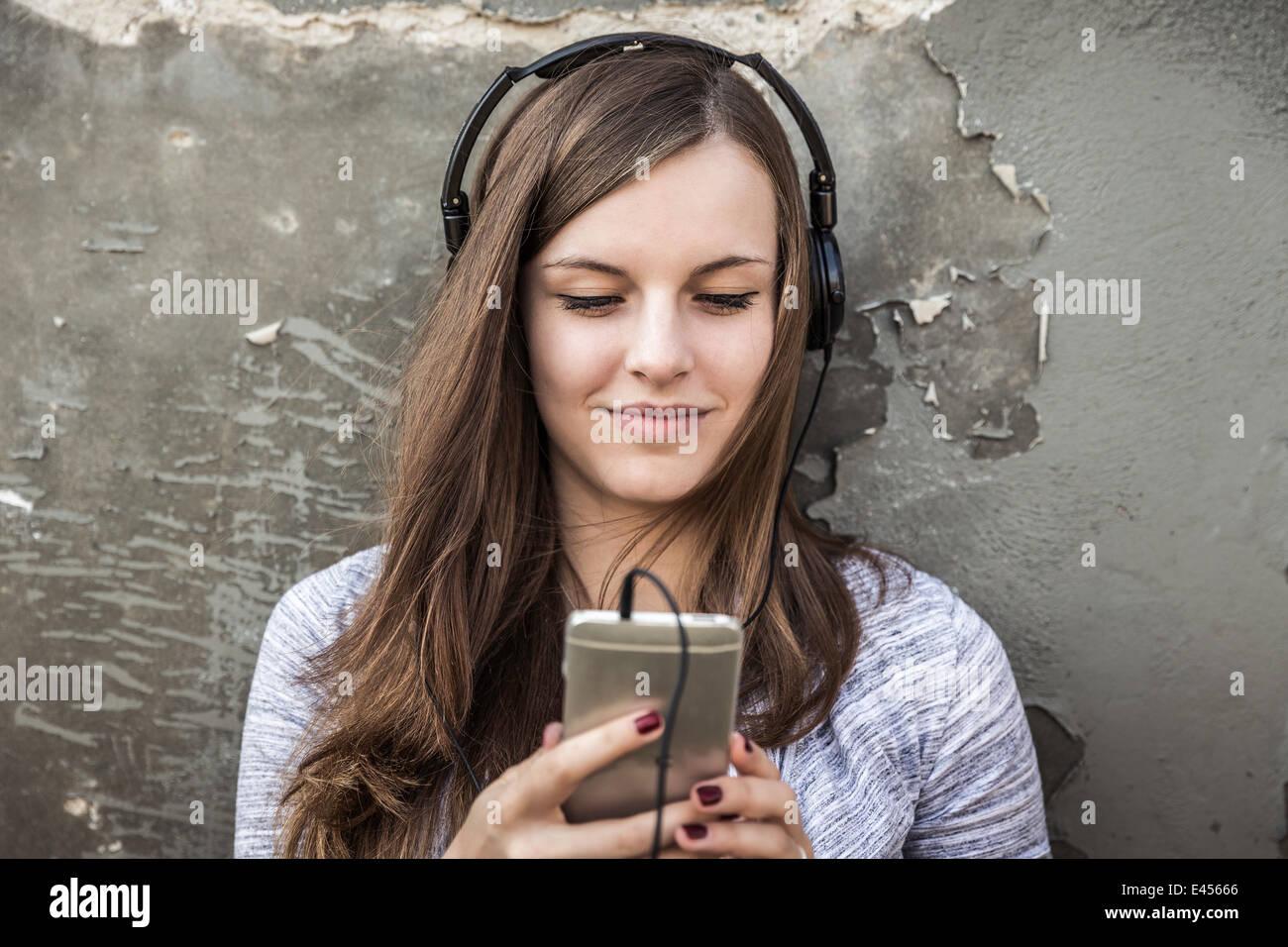 Ragazza adolescente ascoltare musica sullo smartphone Immagini Stock