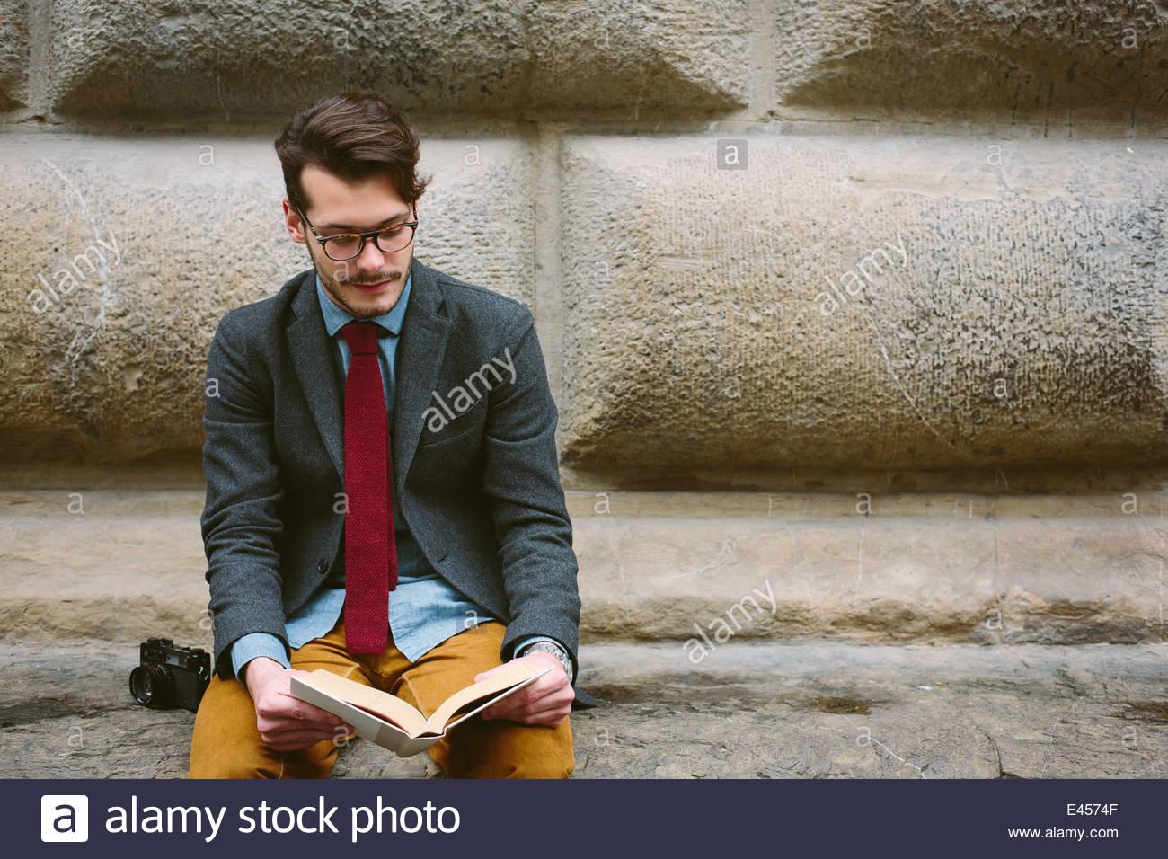 Uomo seduto lettura, Firenze, Italia Immagini Stock
