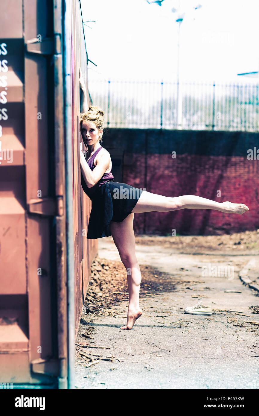 Ballerino di danza moderna che colpisce una posa in un parco urbano Immagini Stock