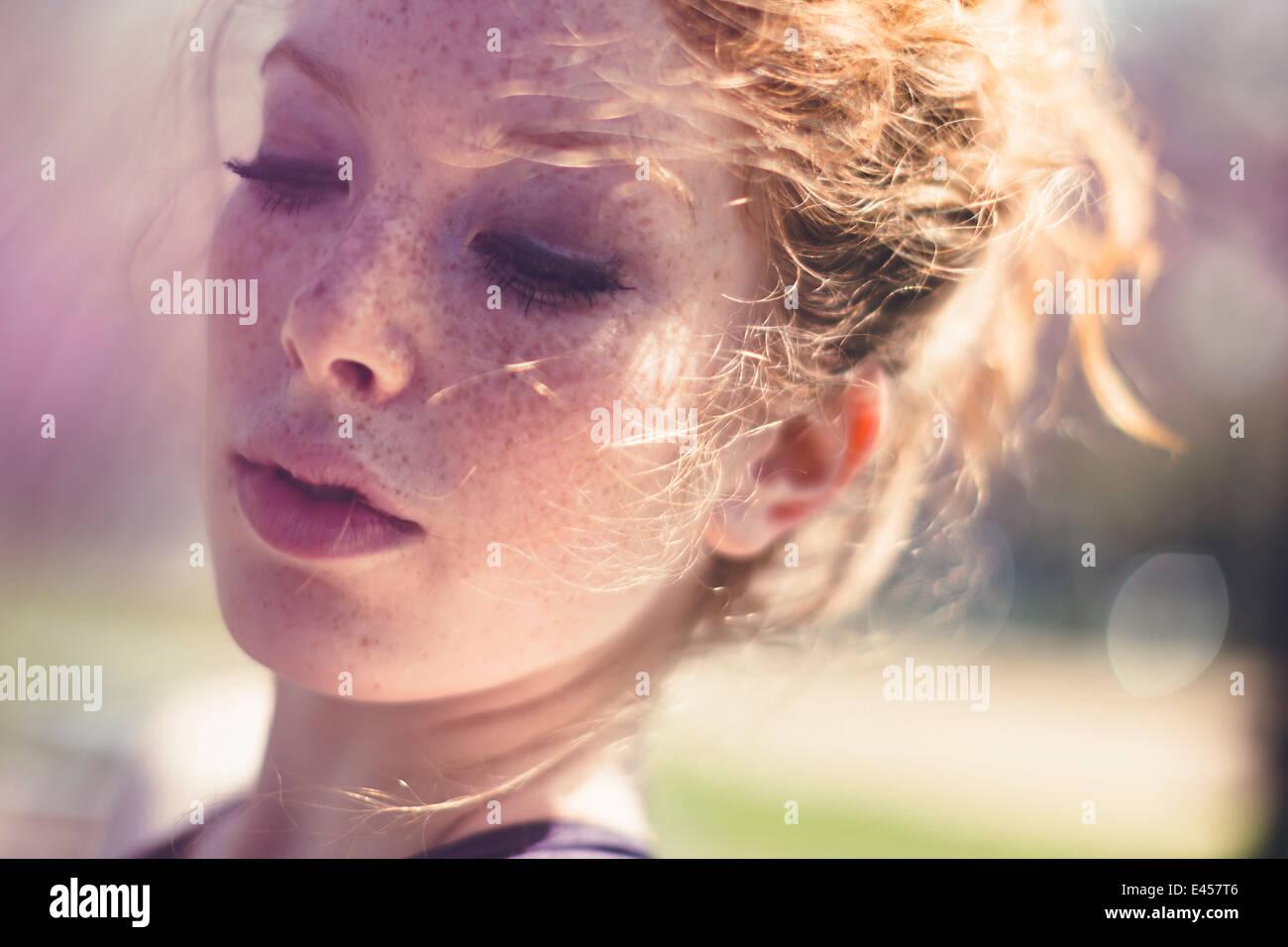 Ritratto di una giovane dai capelli rossi donna Immagini Stock