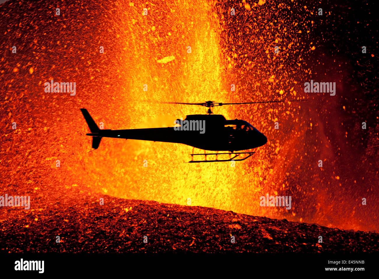 Elicottero sorvolano eruzione vulcanica vicino ghiacciaio Eyjafjallajoekull, Islanda, 24 marzo 2010. Vulcano dormiente Immagini Stock