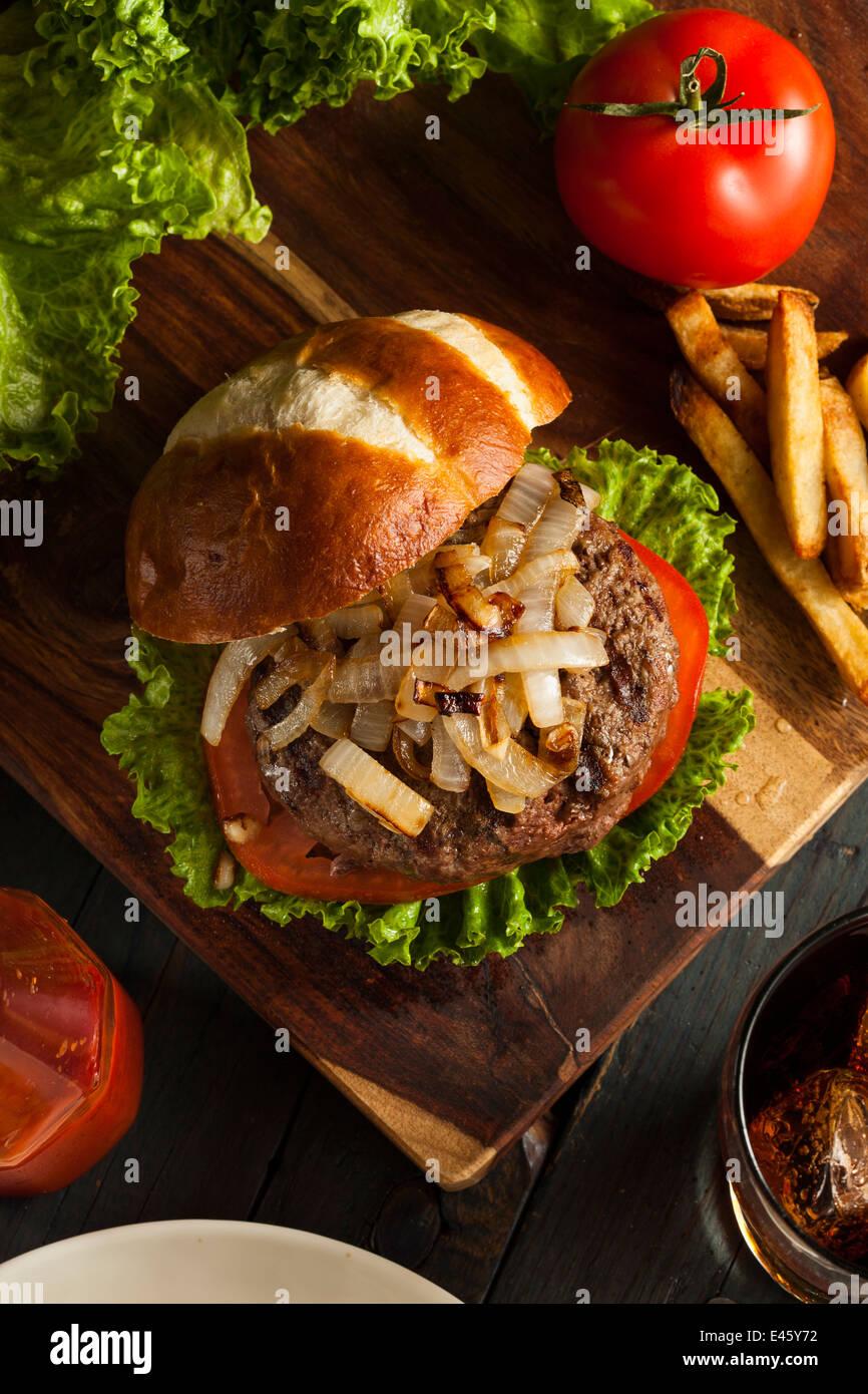 Hamburger Gourmet con insalata di pomodoro e cipolle Immagini Stock