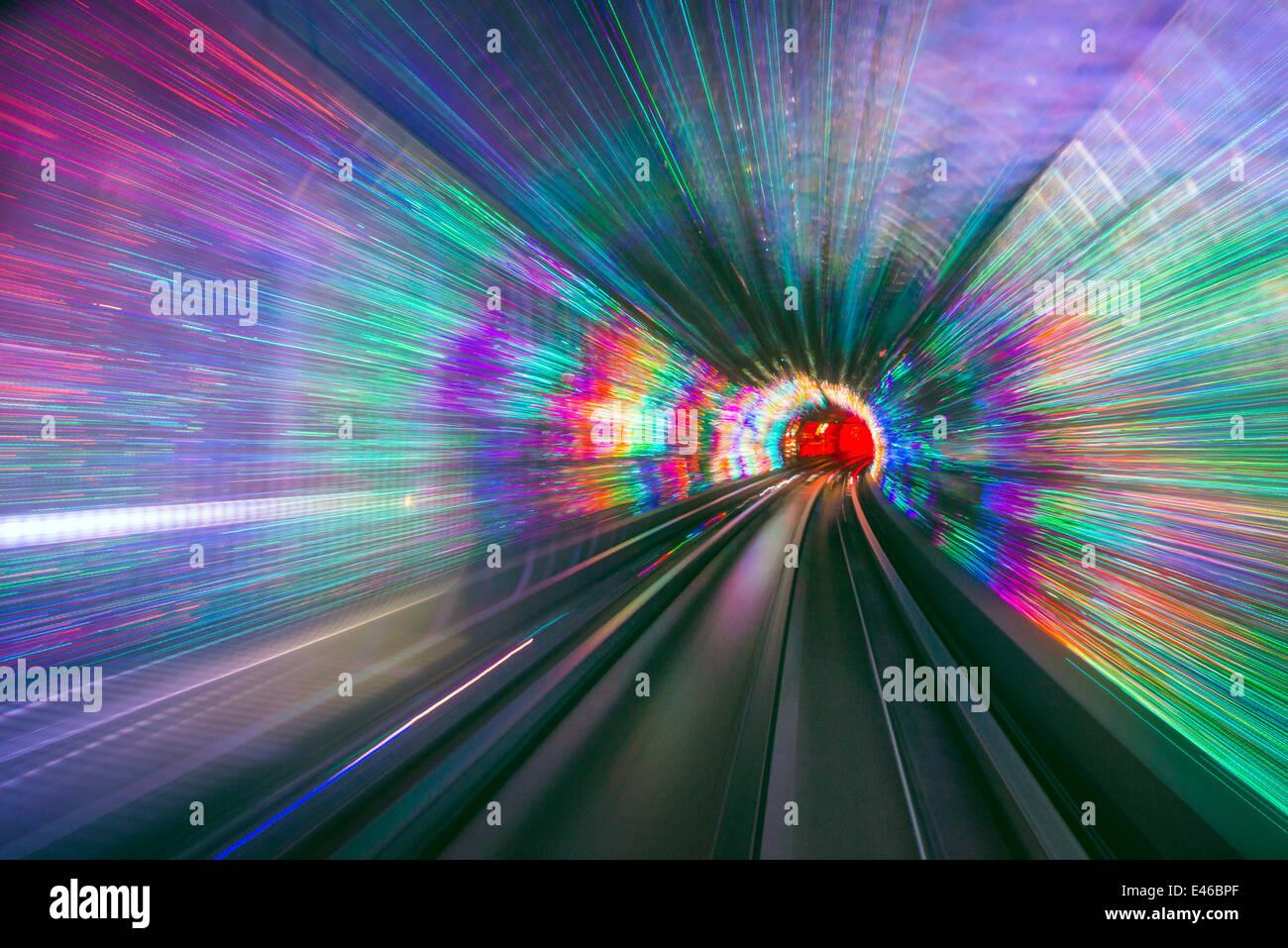 Visita le luci del tunnel sotto il fiume Huangpu a Shanghai in Cina. Immagini Stock