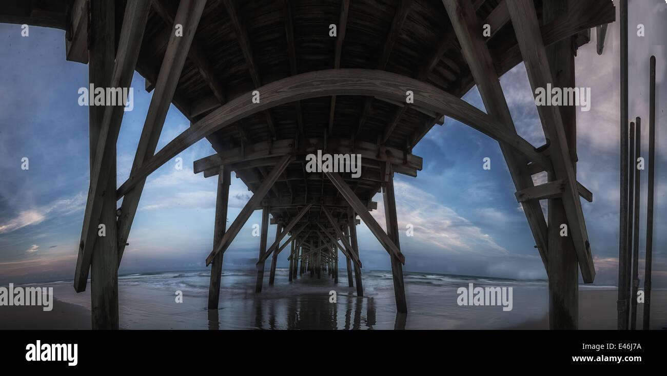Un drammatico tardo pomeriggio,immagine panoramica del Jolly Roger molo Topsail Beach North Carolina. Immagini Stock