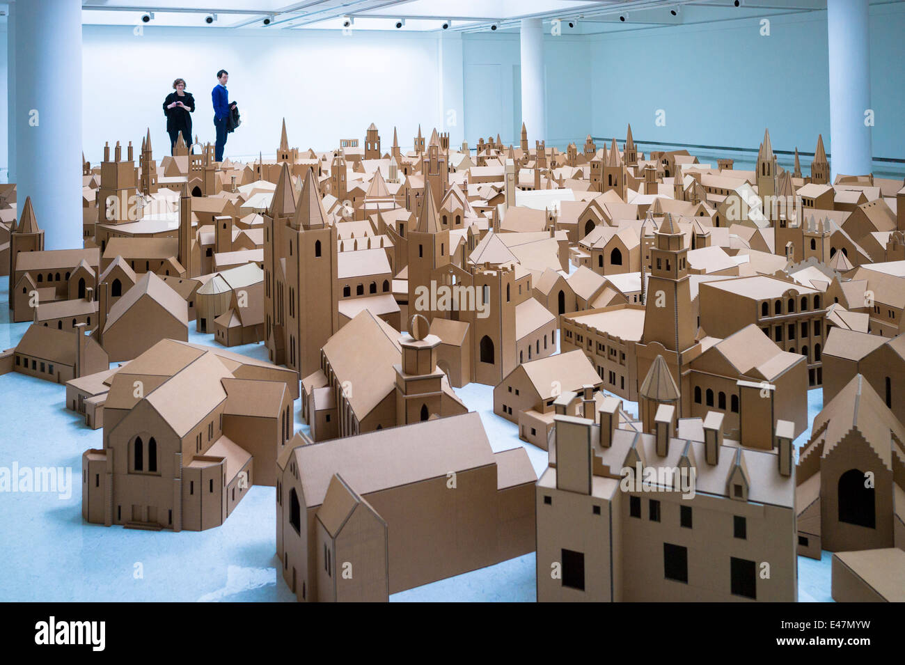 I turisti visualizza 'generazione - 286 luoghi di culto in Edinburgh' da Nathan Coley, nella Galleria di Immagini Stock