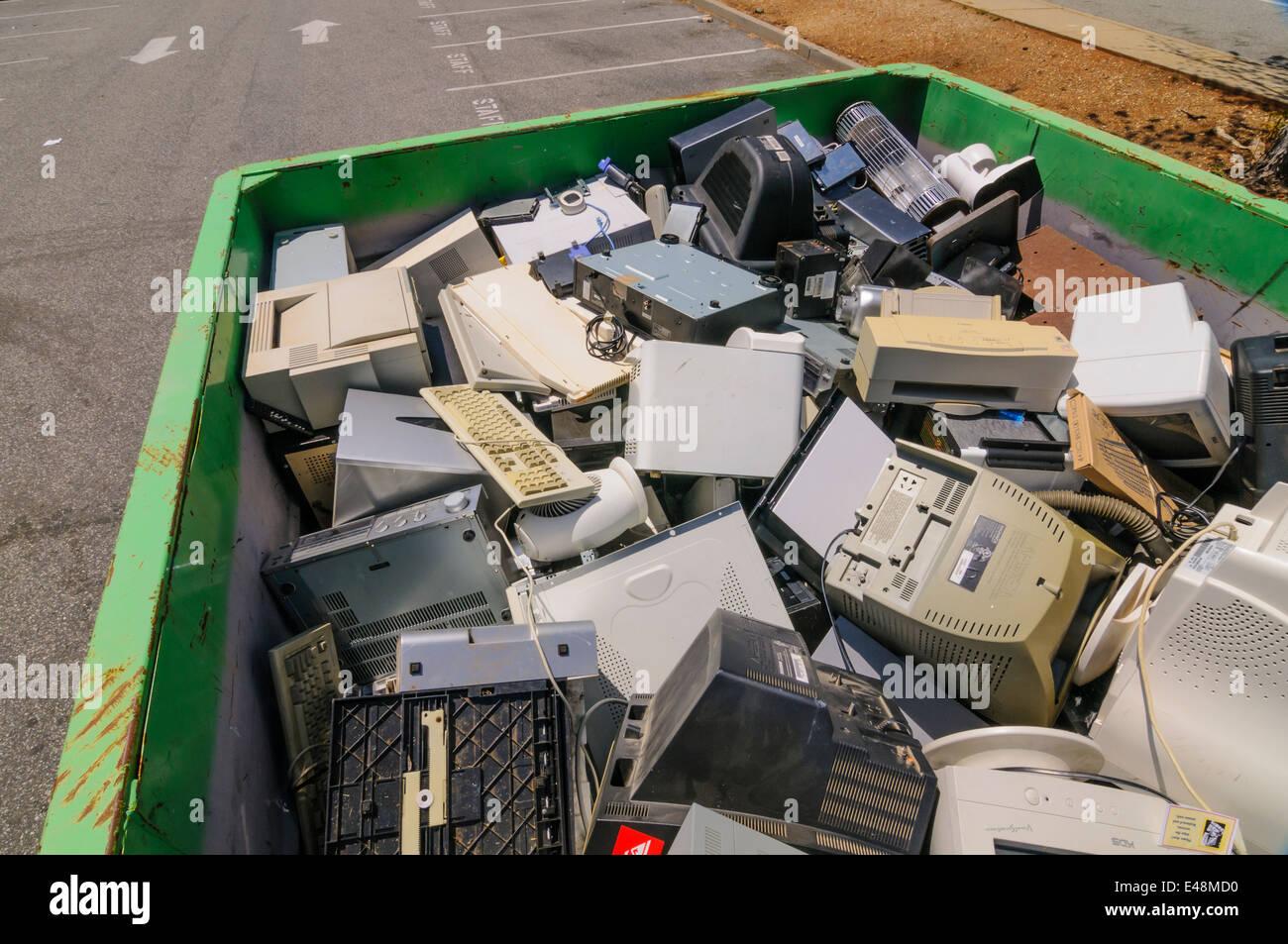 I volontari aiutano a rifiuti elettronici collection - Comunità finalizzata alla raccolta di fondi per il programma Immagini Stock