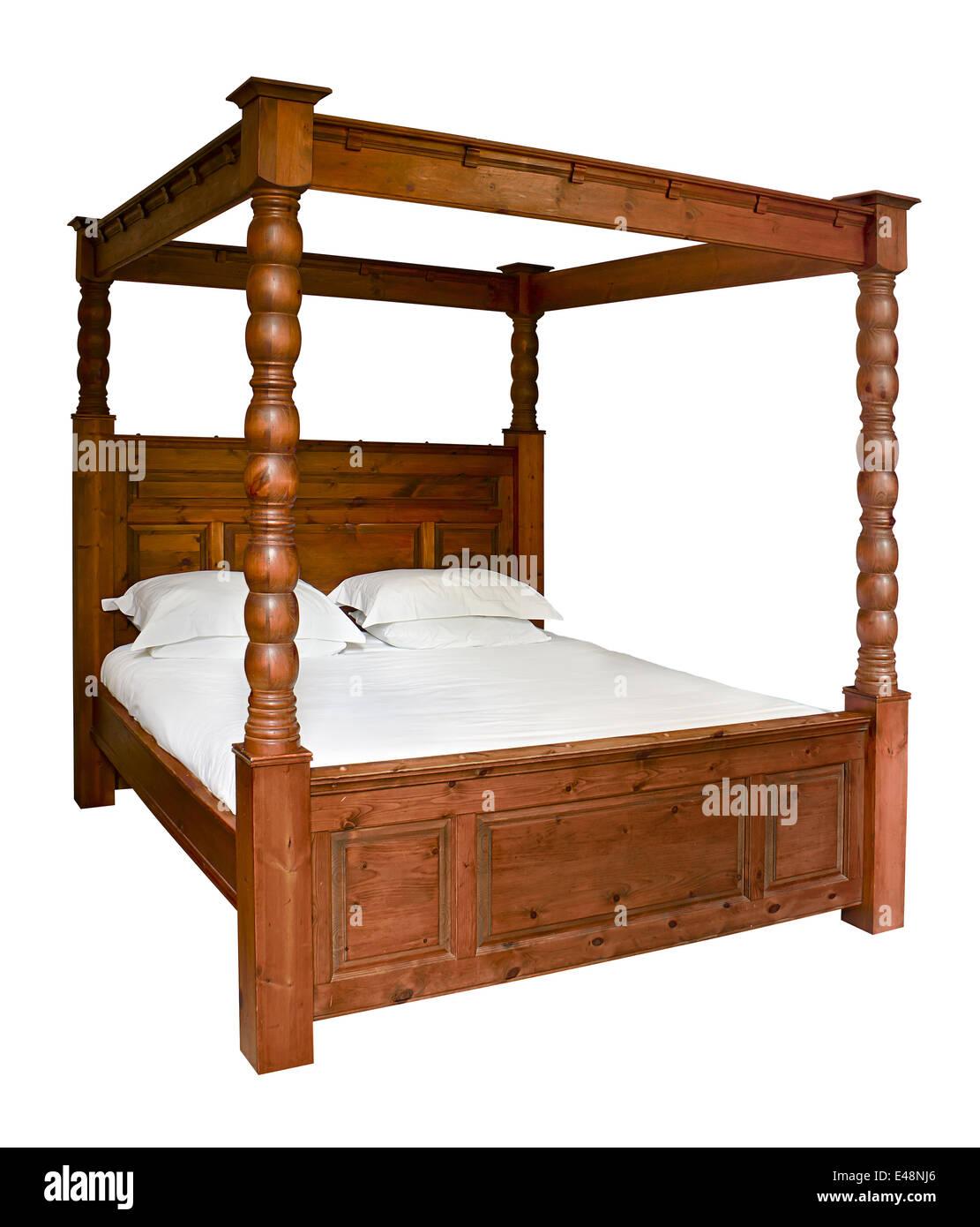 In legno tradizionale Letto a Baldacchino isolata contro uno sfondo bianco Immagini Stock