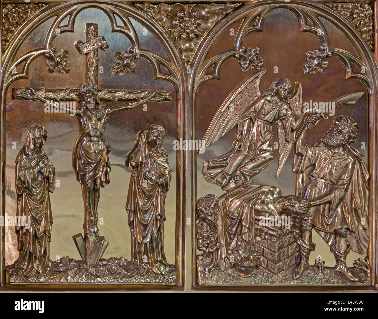 Bruges, Belgio - 13 giugno 2014: la Crocifissione e l'offerta di Abramo neogotica di rilievo in metallo in st. Immagini Stock