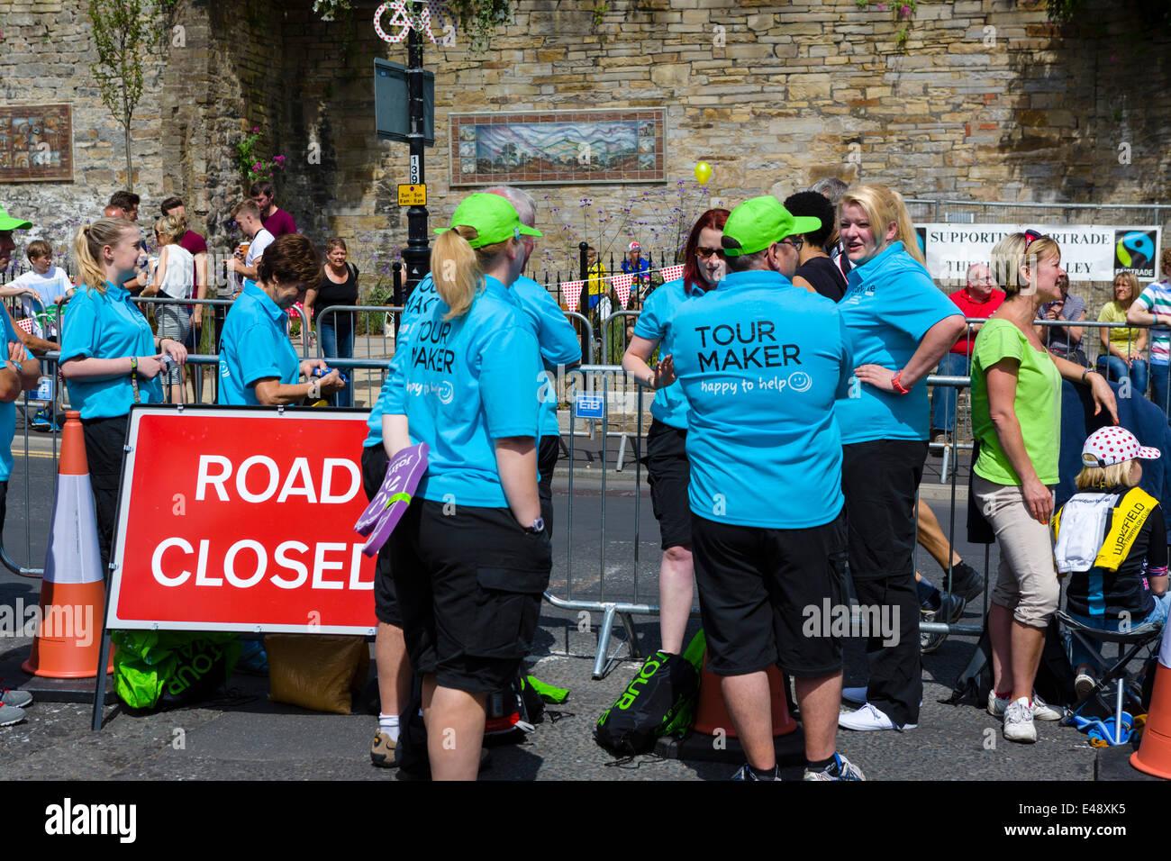 Tour Maker nel centro del West Yorkshire città di Sheffield in attesa dell'arrivo dei ciclisti sulla fase Immagini Stock