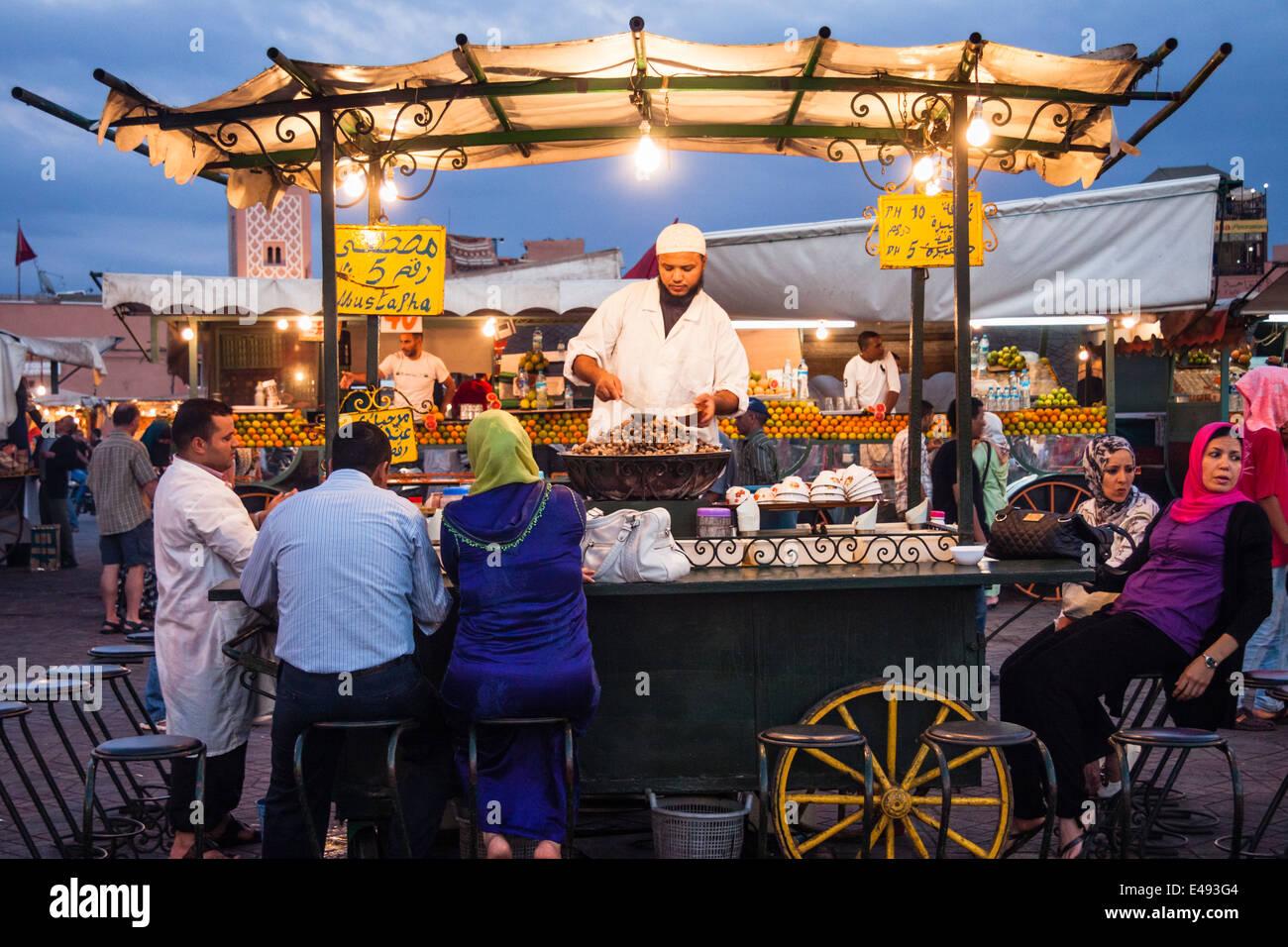 Djemaa el Fna bancarelle prodotti alimentari al crepuscolo. Marrakech, Marocco. Immagini Stock