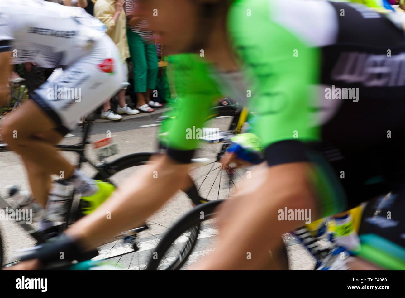 Il peleton lampeggia in passato sulla fase 2 del 2014 Tour de France vicino a Leeds, West Yorkshire, Regno Unito Immagini Stock