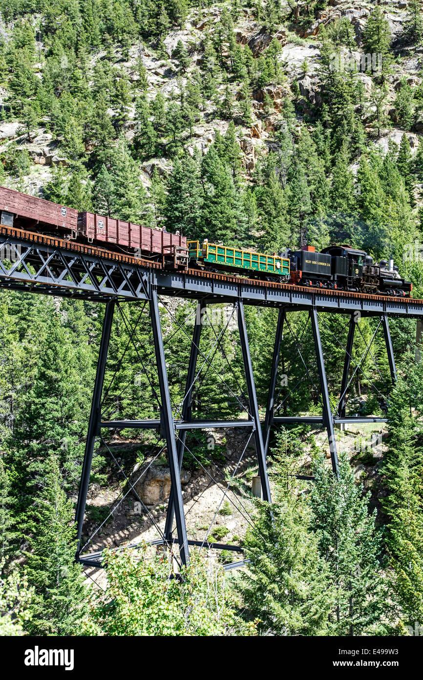 La storica Georgetown Loop Railroad andando oltre il ponte alto, Georgetown, Colorado, STATI UNITI D'AMERICA Immagini Stock
