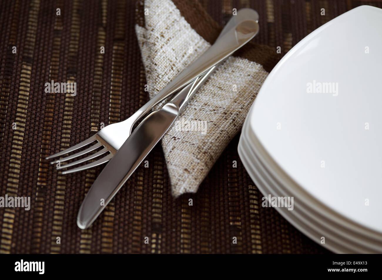Layout tabella con stoviglie e un tovagliolo Immagini Stock