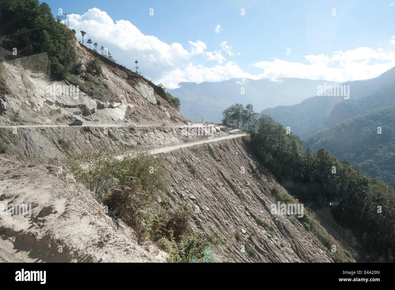 Alta strade di montagna tagliato nella roccia a strapiombo, Arunachal Pradesh, India, Asia Immagini Stock