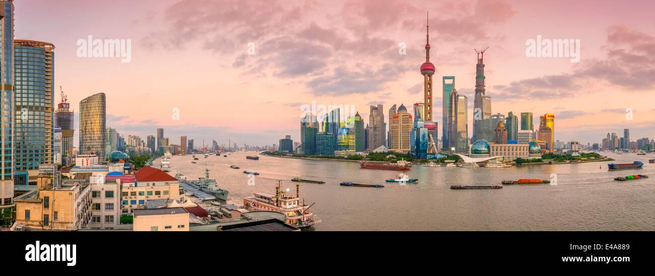 Lo skyline di Pudong attraverso fiume Huangpu, compresa la Oriental Pearl Tower, Shanghai World Financial Center Immagini Stock