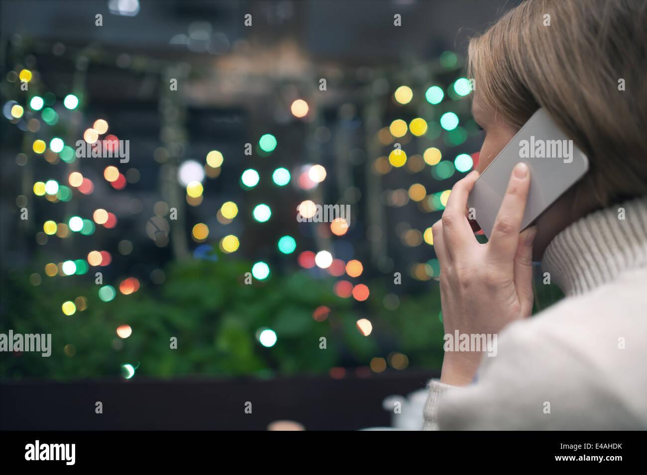 Donna in cafe parlando al telefono Immagini Stock