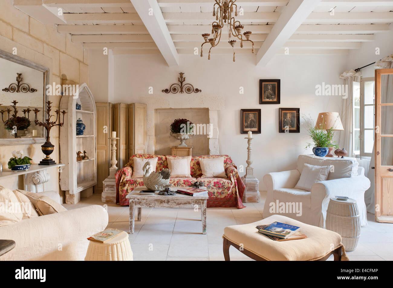 Con pavimenti in pietra provenzale camera salotto con poltrone e