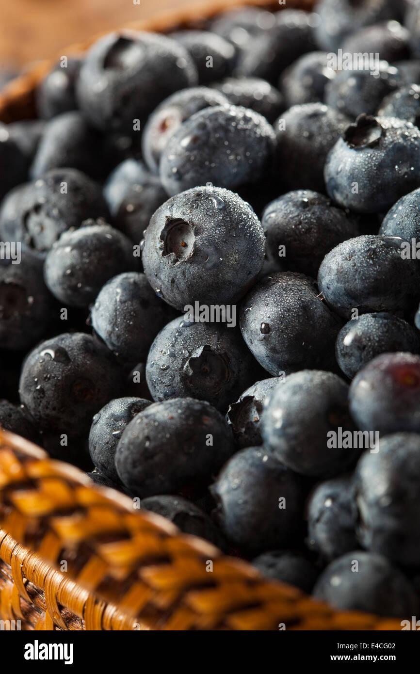 Fresche Materie organiche mirtilli in un cestello Immagini Stock
