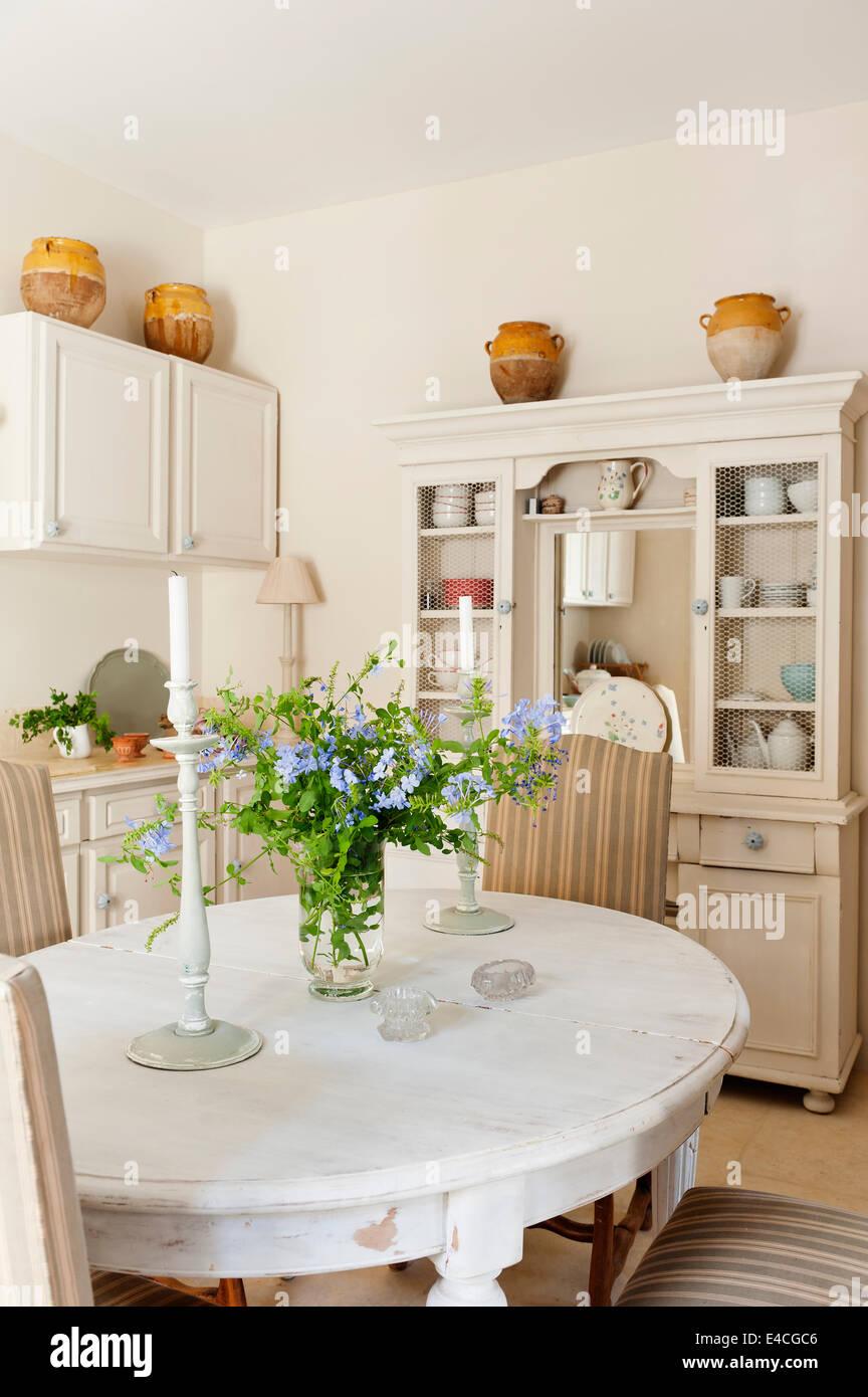 Tavolo Bianco Stile Provenzale.Stile Provenzale Immagini Stile Provenzale Fotos Stock Alamy