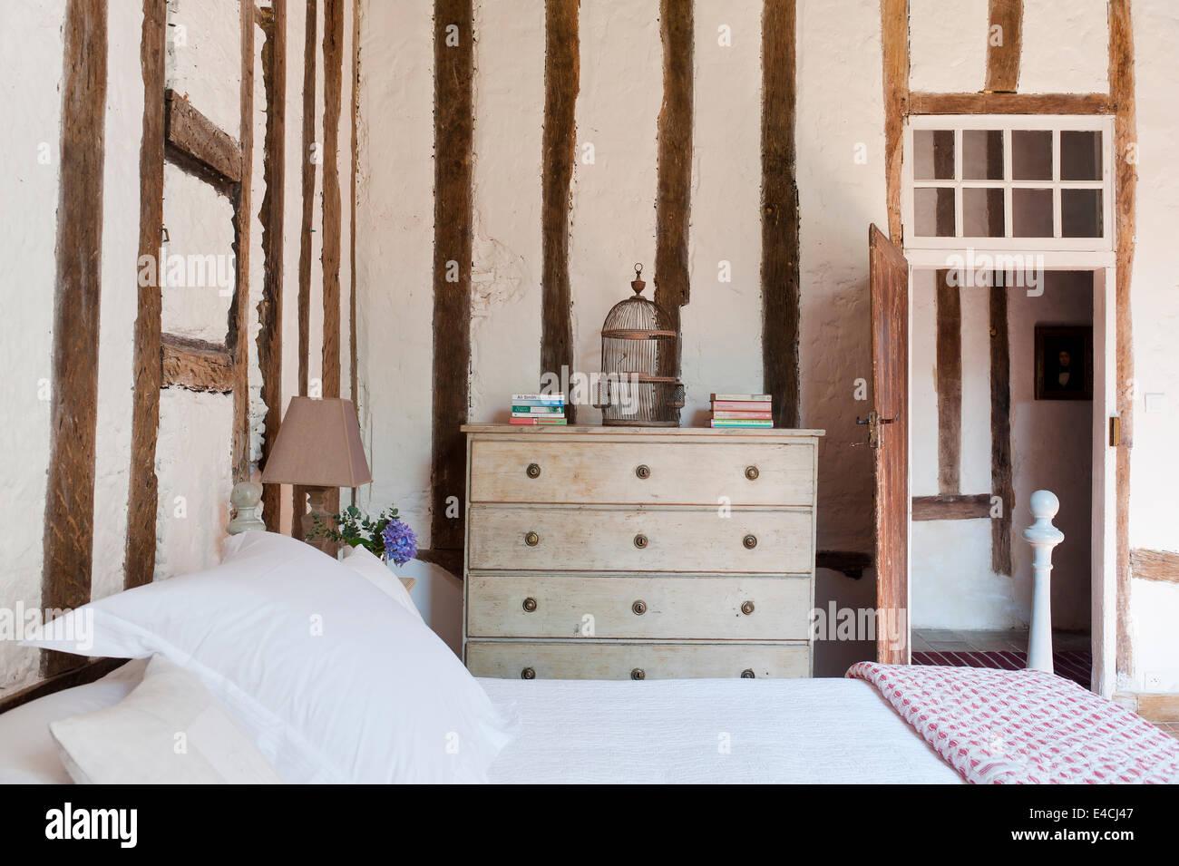 Letto Con Cassettiera : La struttura di legno pareti con resa infill in camera da letto con